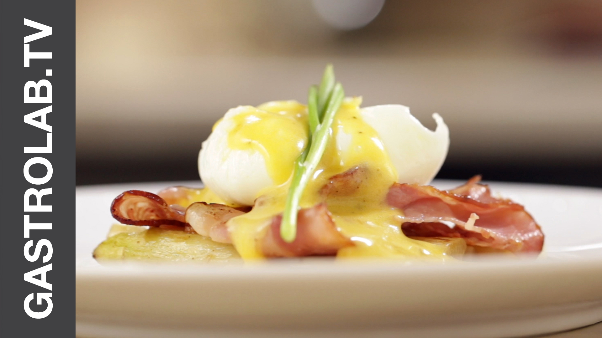 How to Make Eggs Benedict With White Asparagus