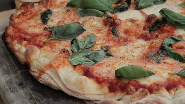 How to Make a Tomato and Mozzarella Pizza on the BBQ