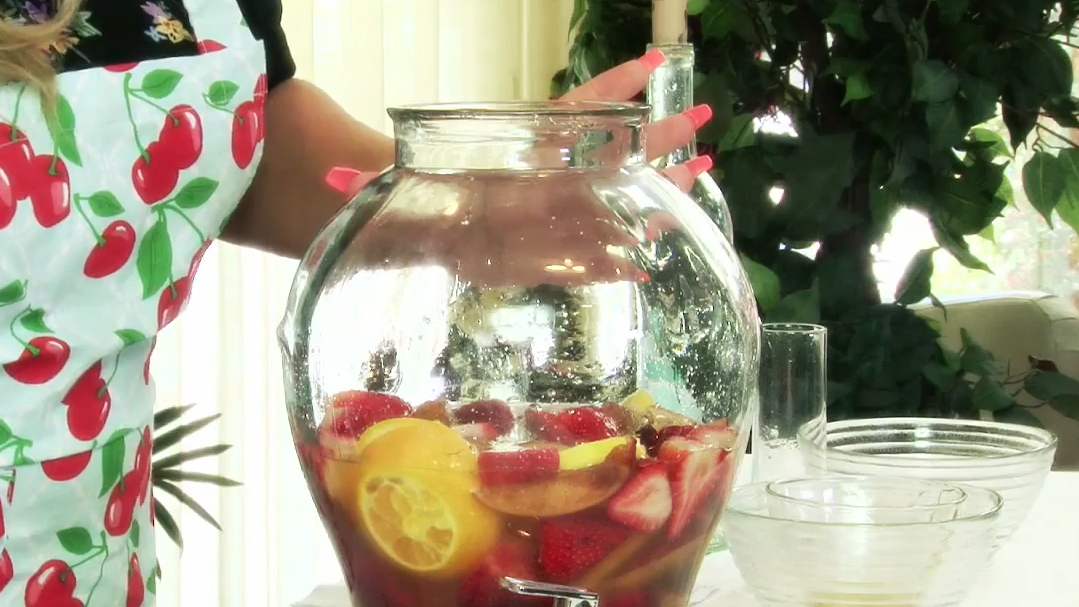 How to Make a Peach Strawberry Sangria