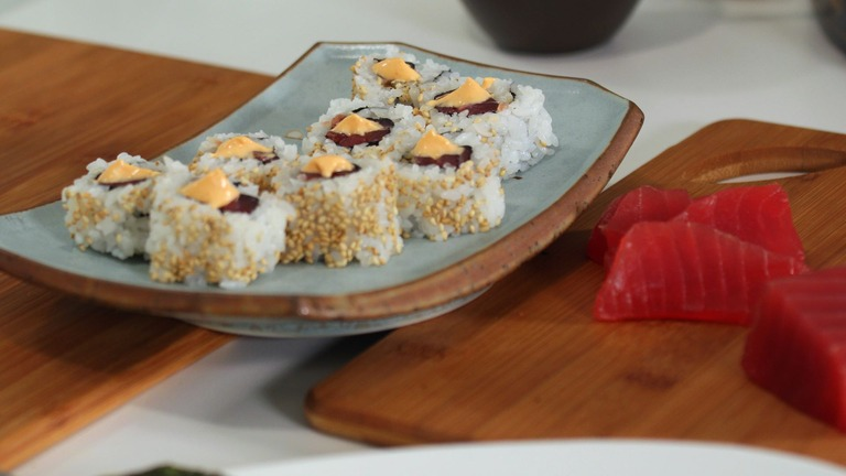 How to Make a Spicy Tuna Roll
