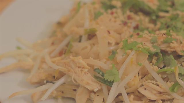 How to Make Thai Chicken With Rice Noodles