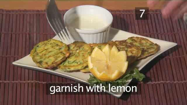 How to Prepare Courgette Fritters with Yoghurt