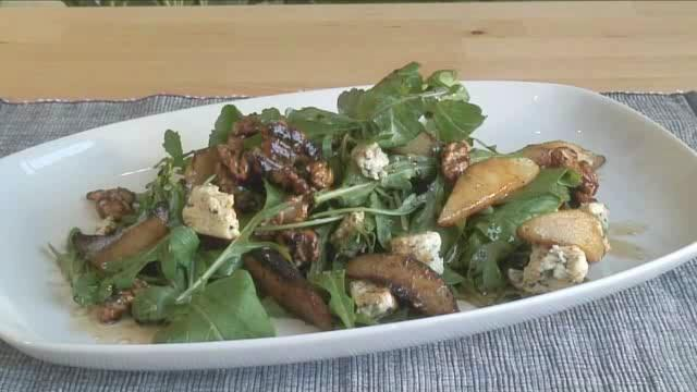 How to Prepare Pear, Rocket and Blue Cheese Salad