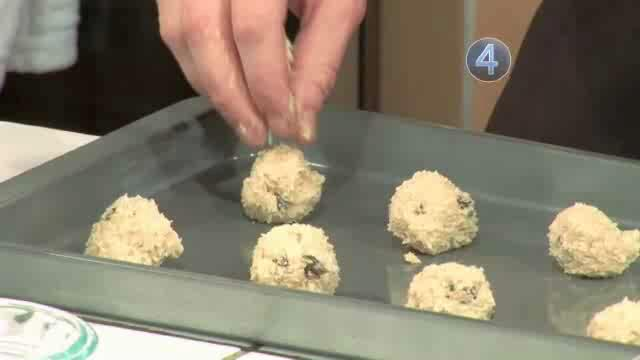 How to Bake Oatmeal Raisin Cookies
