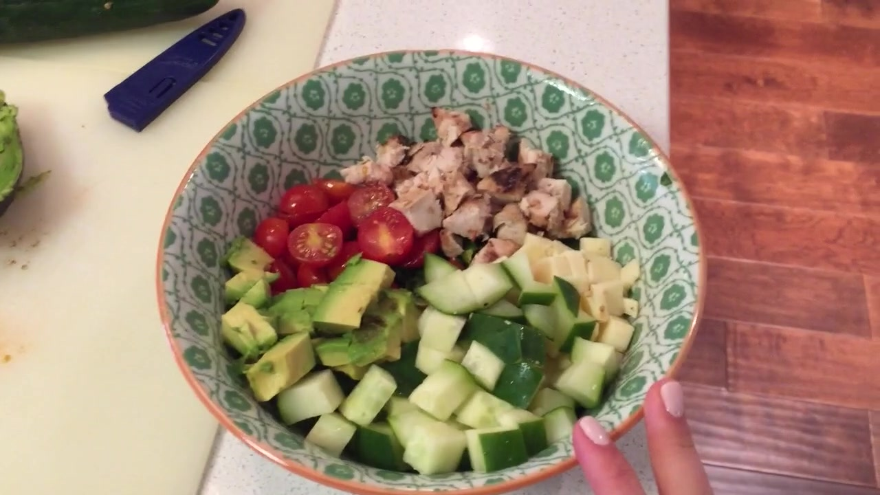 How to Make a Chopped Vegetable Salad With Chicken