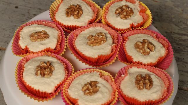 How to Make Mini Raw Carrot Cakes