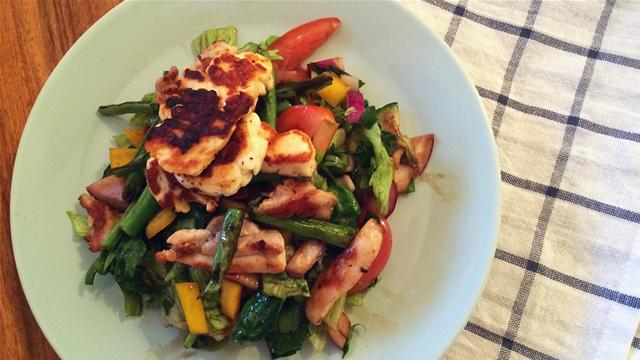 How to Make a Chicken and Halloumi Summer Salad in 59 Seconds