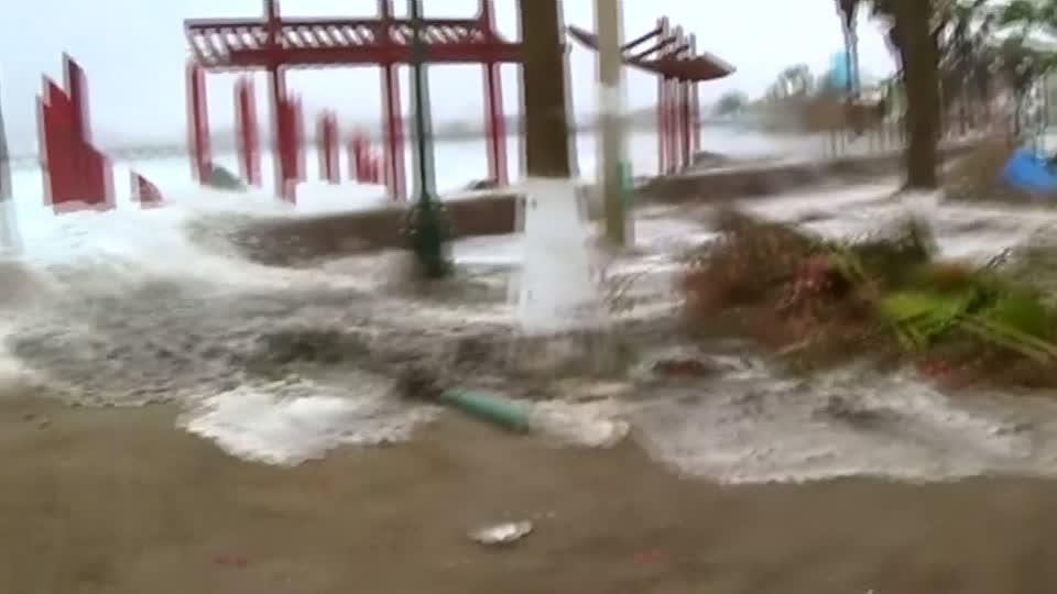 Strong waves cause damage in Peru