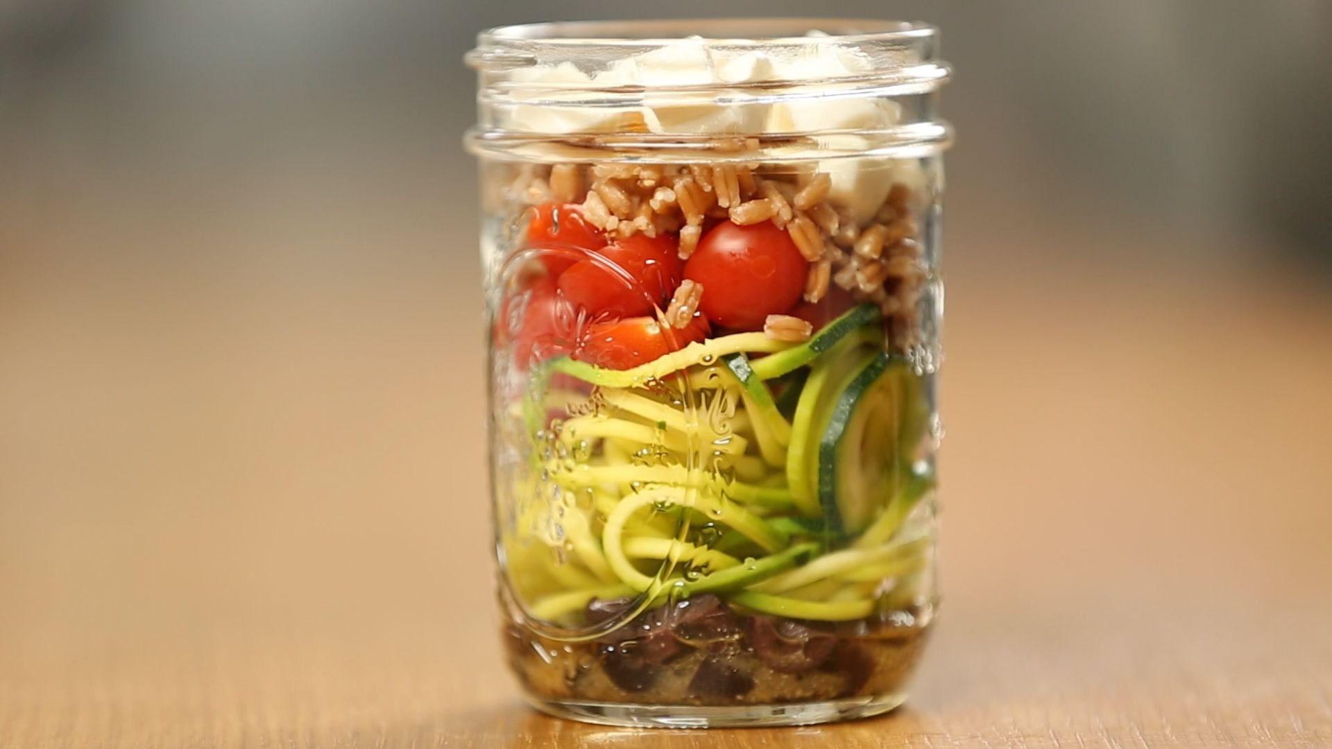 How to Make a Healthy Zucchini Noodle Mason Jar Salad