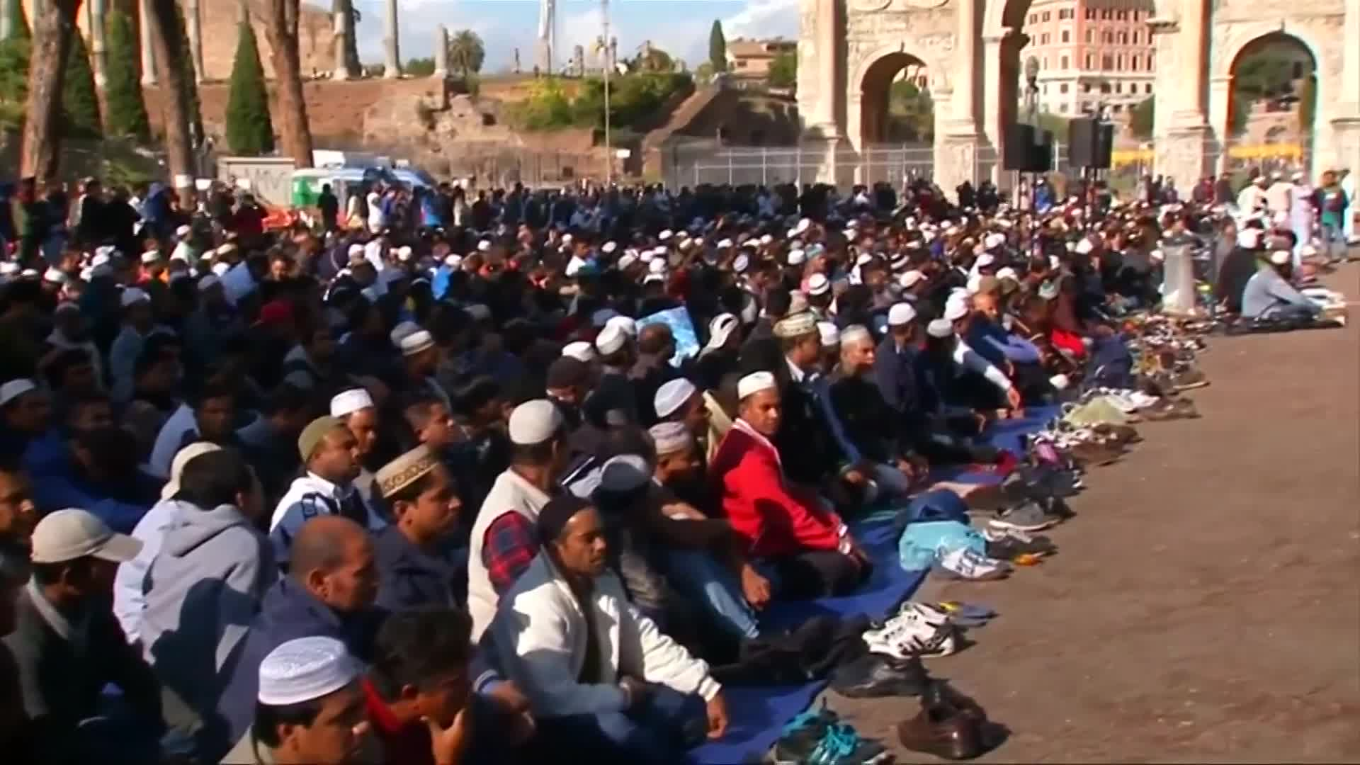 Muslims in Rome protest mosque closures