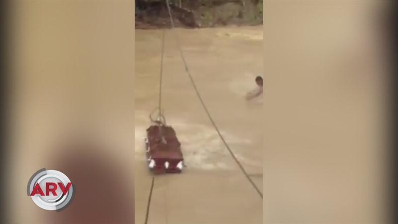 Vecinos pasan féretro por un río por falta de puente