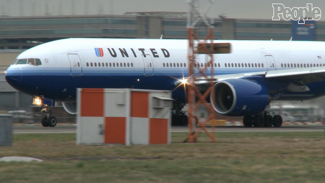 United Airlines Kicks Girl Wearing Leggings off Flight