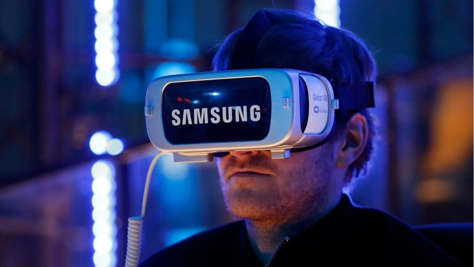 Samsung Announces Next Gear VR Comes With Controller
