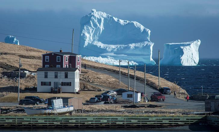 Massive iceberg draws hundreds to small Canadian town