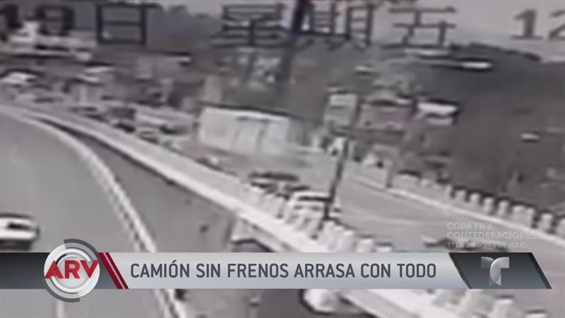 Camión sin frenos arrastró a carros en una autopista