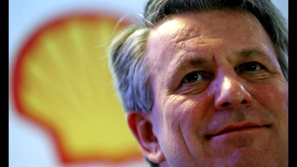 No revolt over Shell CEO's bumper pay package