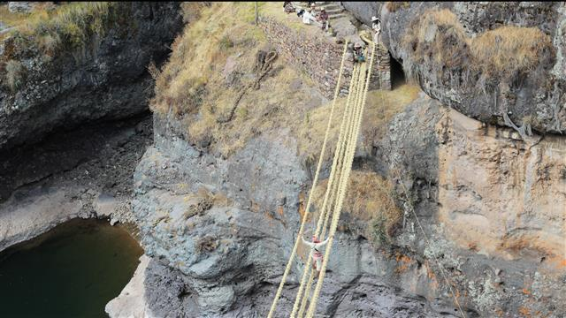 Ancient Tradition Keeps Inca Bridge-Building Alive