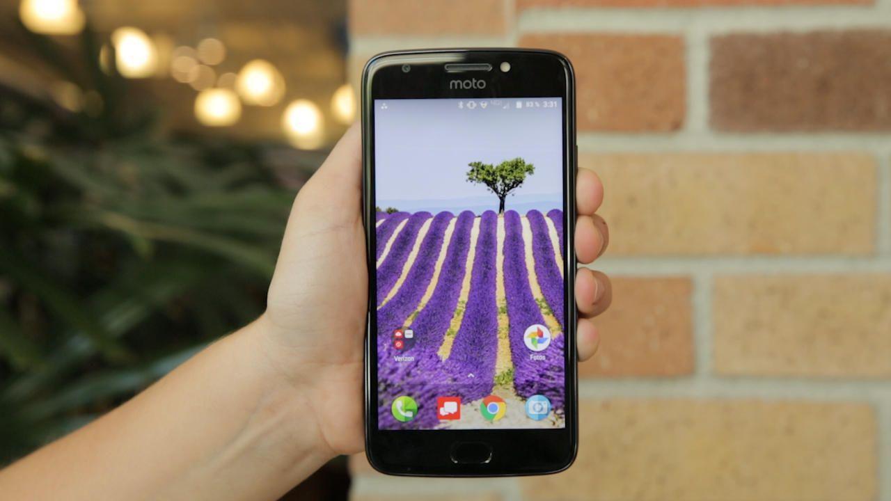El Moto E4 es una ganga de US$130 con flash para 'selfies'
