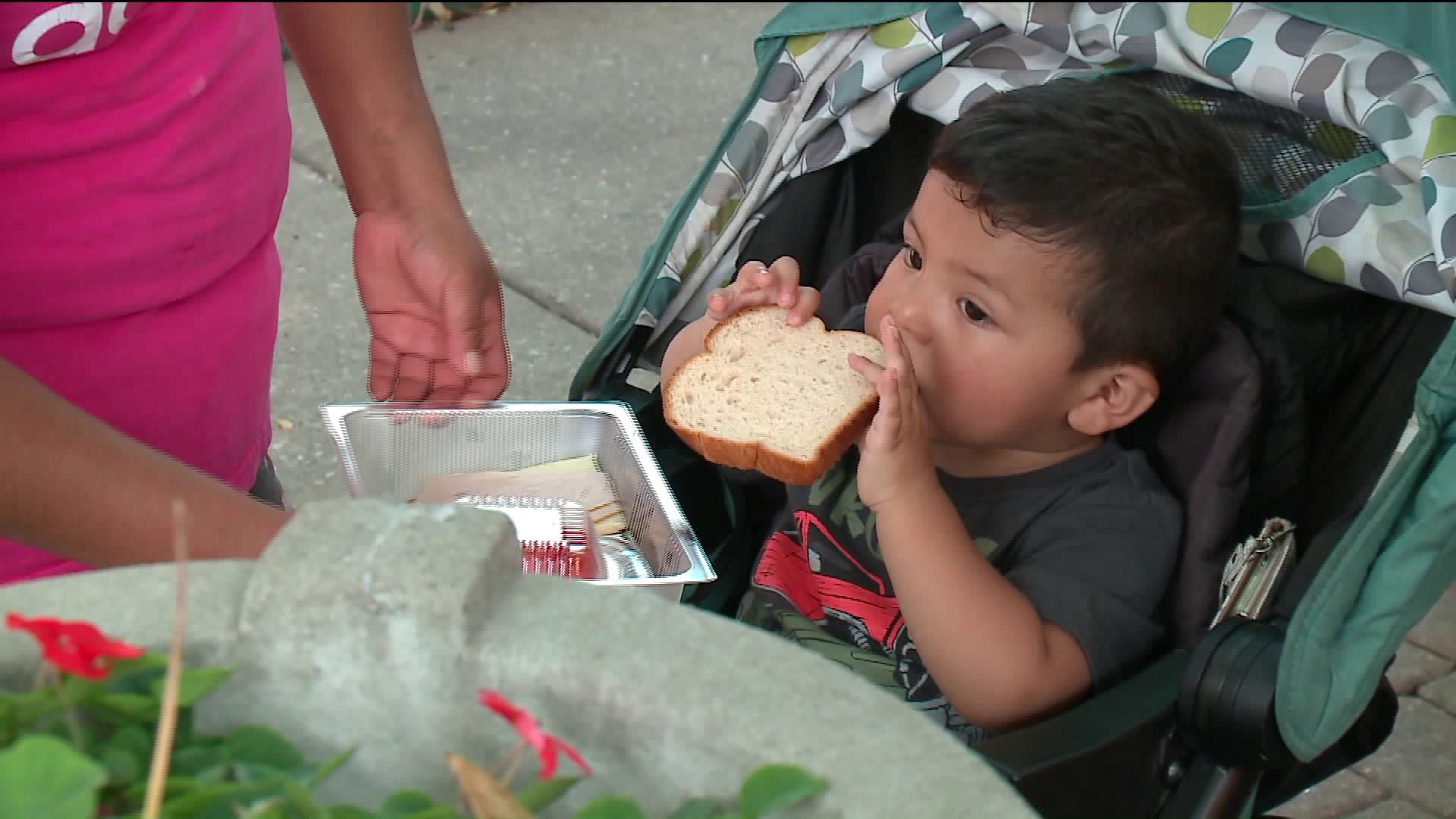 'Lunch Buses' Help Keep Chicago Kids Full Over the Summer