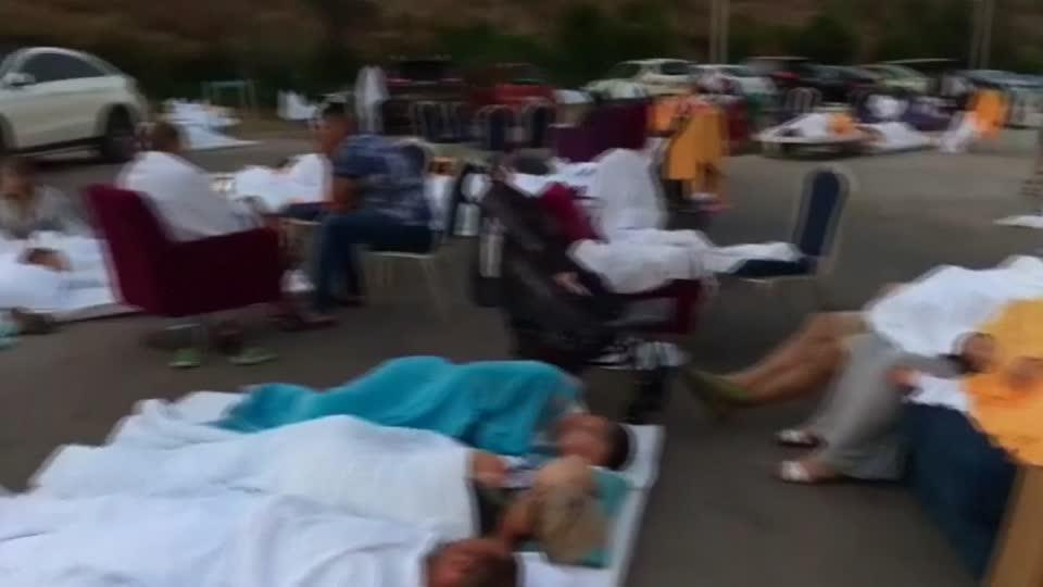 Tourists camp outside hotel after quake off Turkish coast