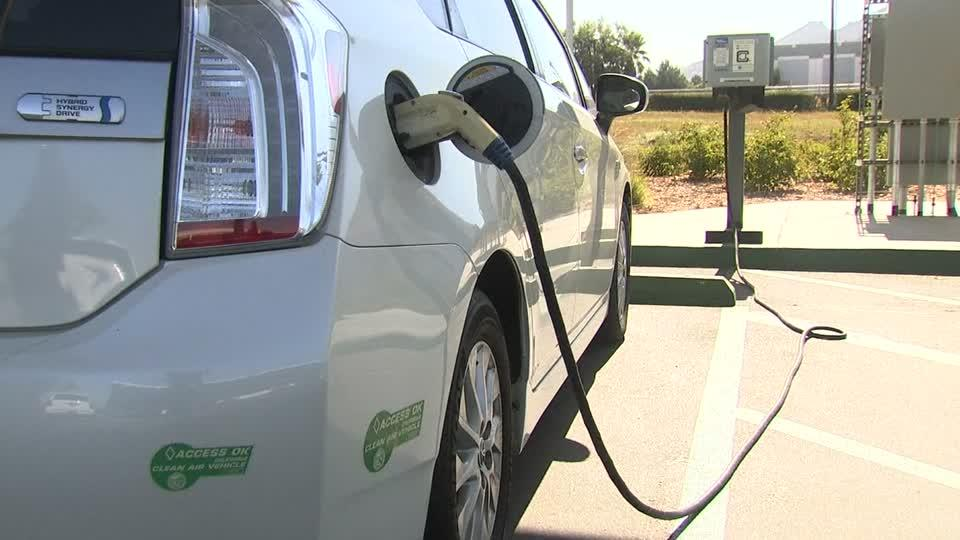Researchers program plug-in hybrid cars to learn fuel efficiency