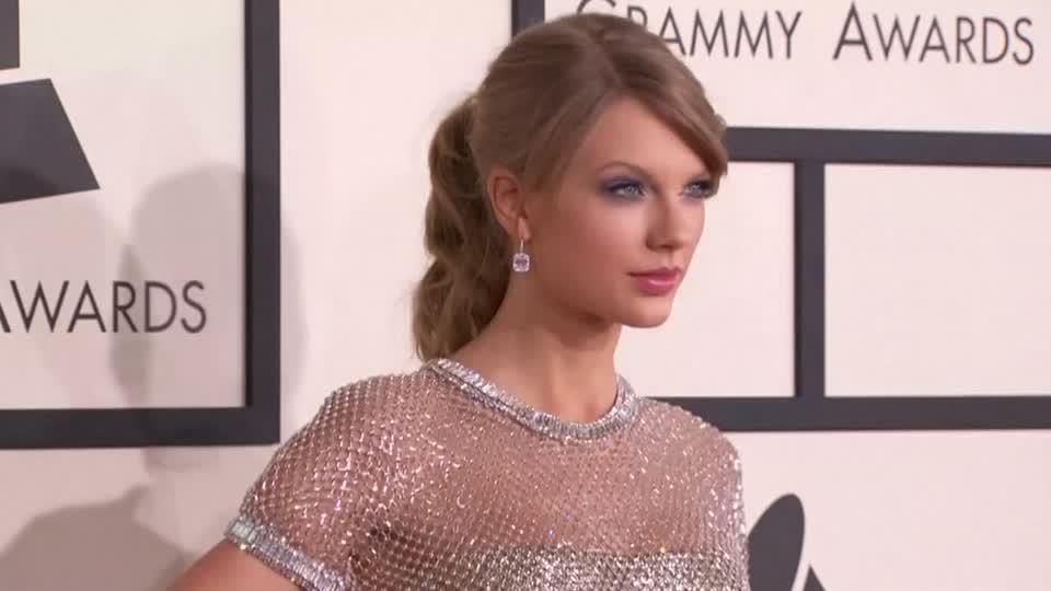 "Taylor Swift creates ""Blank Space"" on social media"
