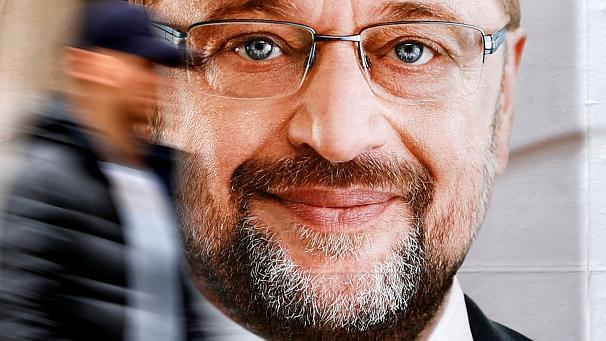 Schulz addresses voters in Lübeck