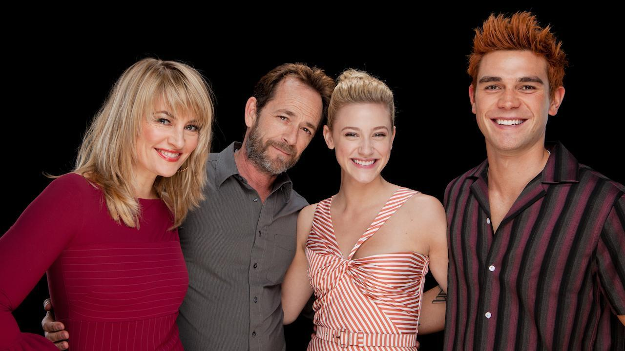 KJ Apa, Lili Reinhart, Luke Perry & Mädchen Amick Chat Season 3 Of
