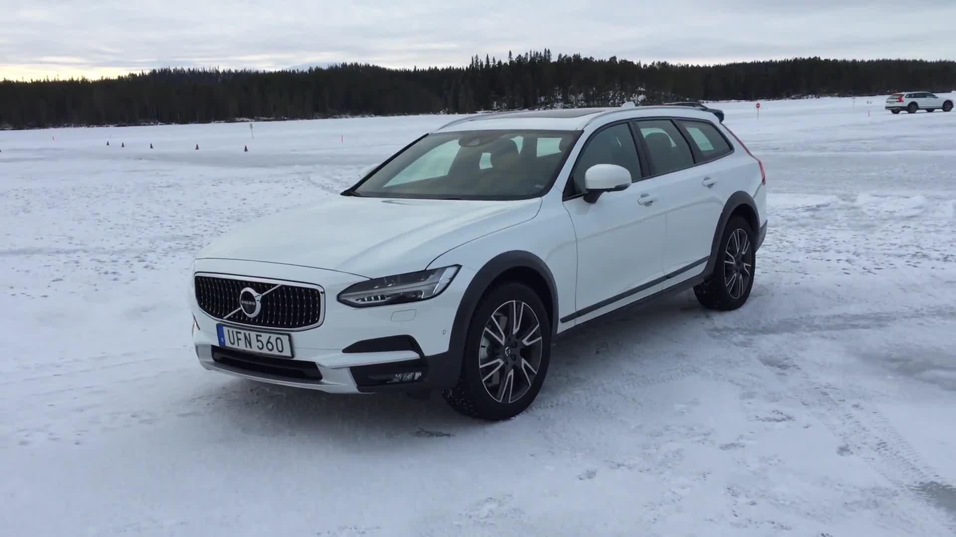 Volvo Will Start Sales Of Xc40 Phev Crossover Next Year Autoblog