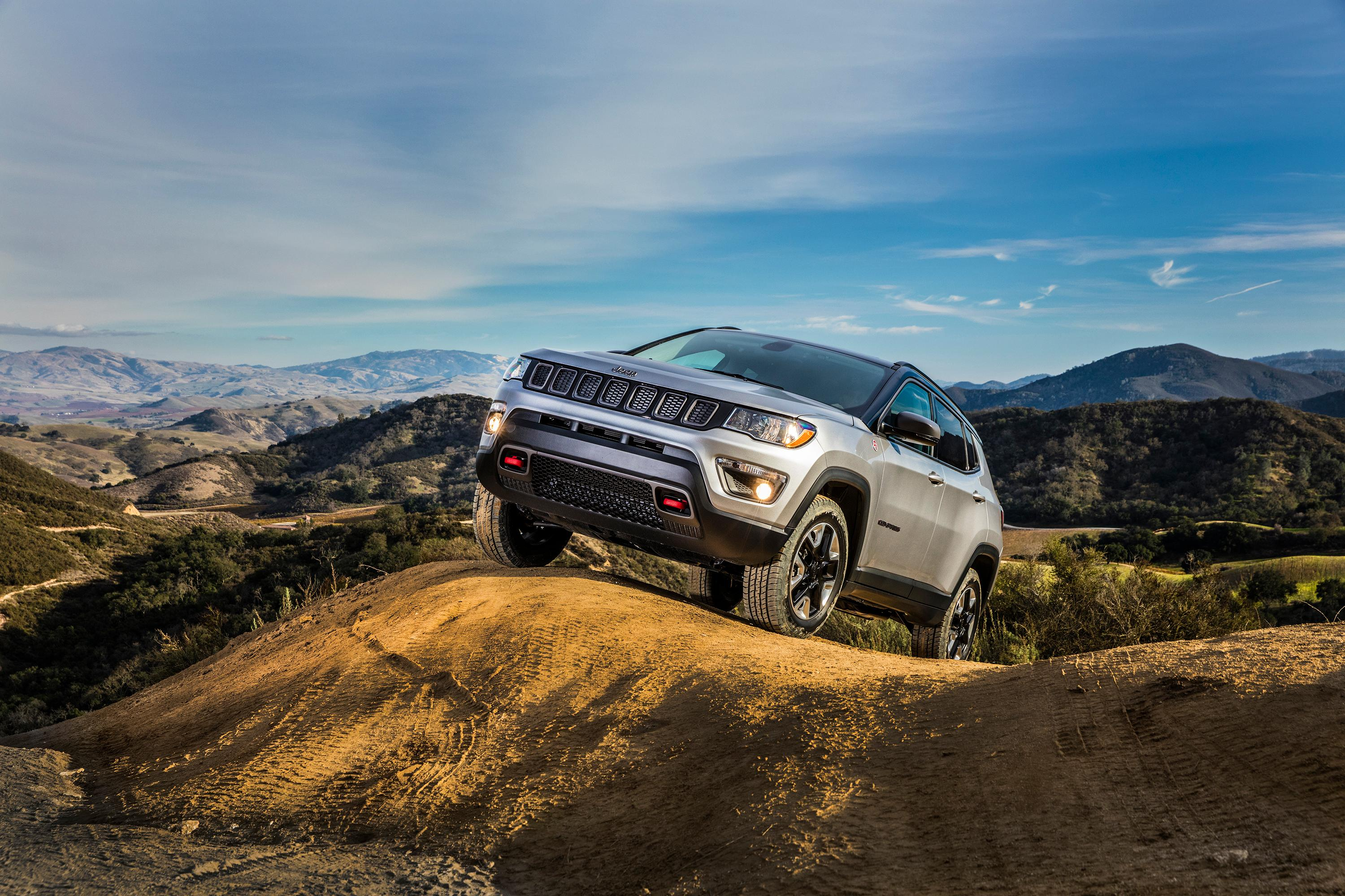 2017 jeep cherokee vs all new compass autoblog. Black Bedroom Furniture Sets. Home Design Ideas