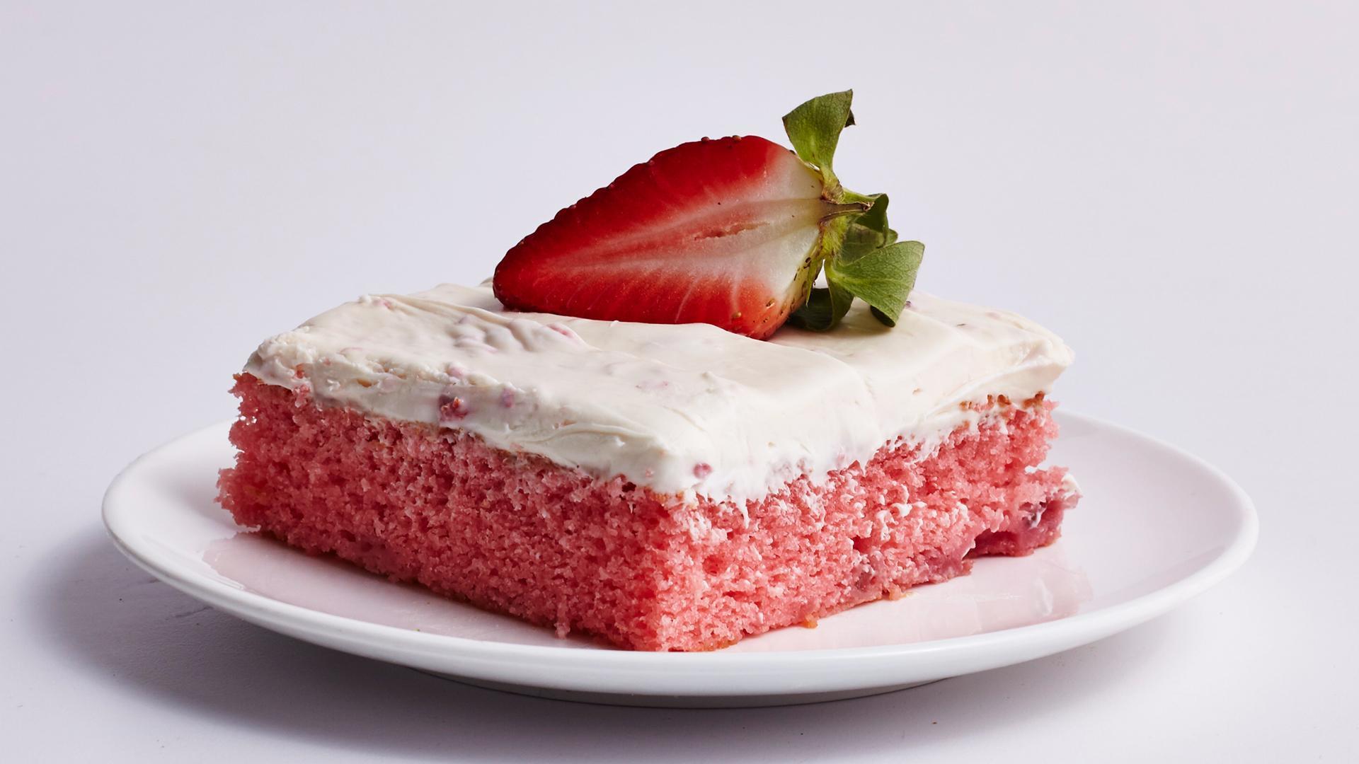 How to Make Fresh Strawberry Sheet Cake