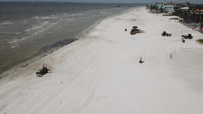 As Florida's toxic red tide stretches on, residents report health problems