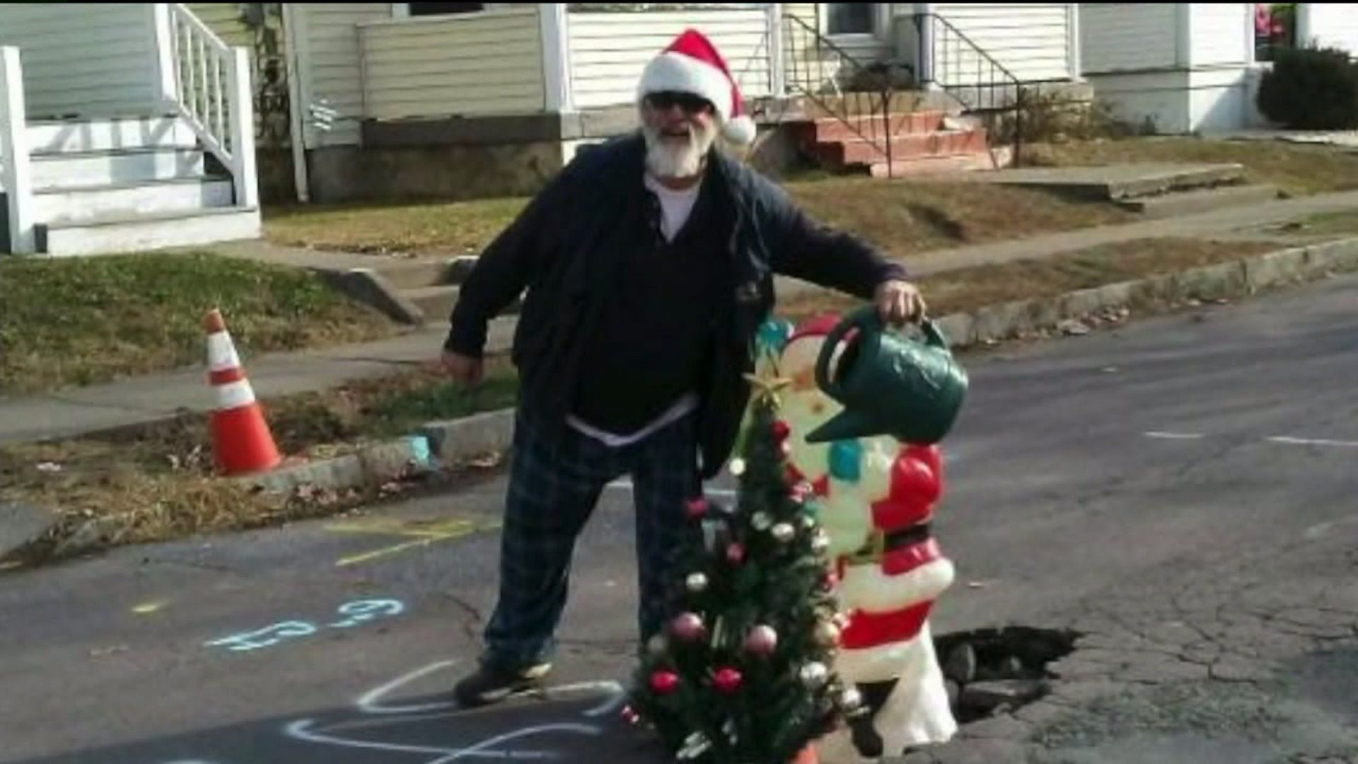 Weird News - Pennsylvania Neighborhood Fills Growing Pothole With Christmas Tree