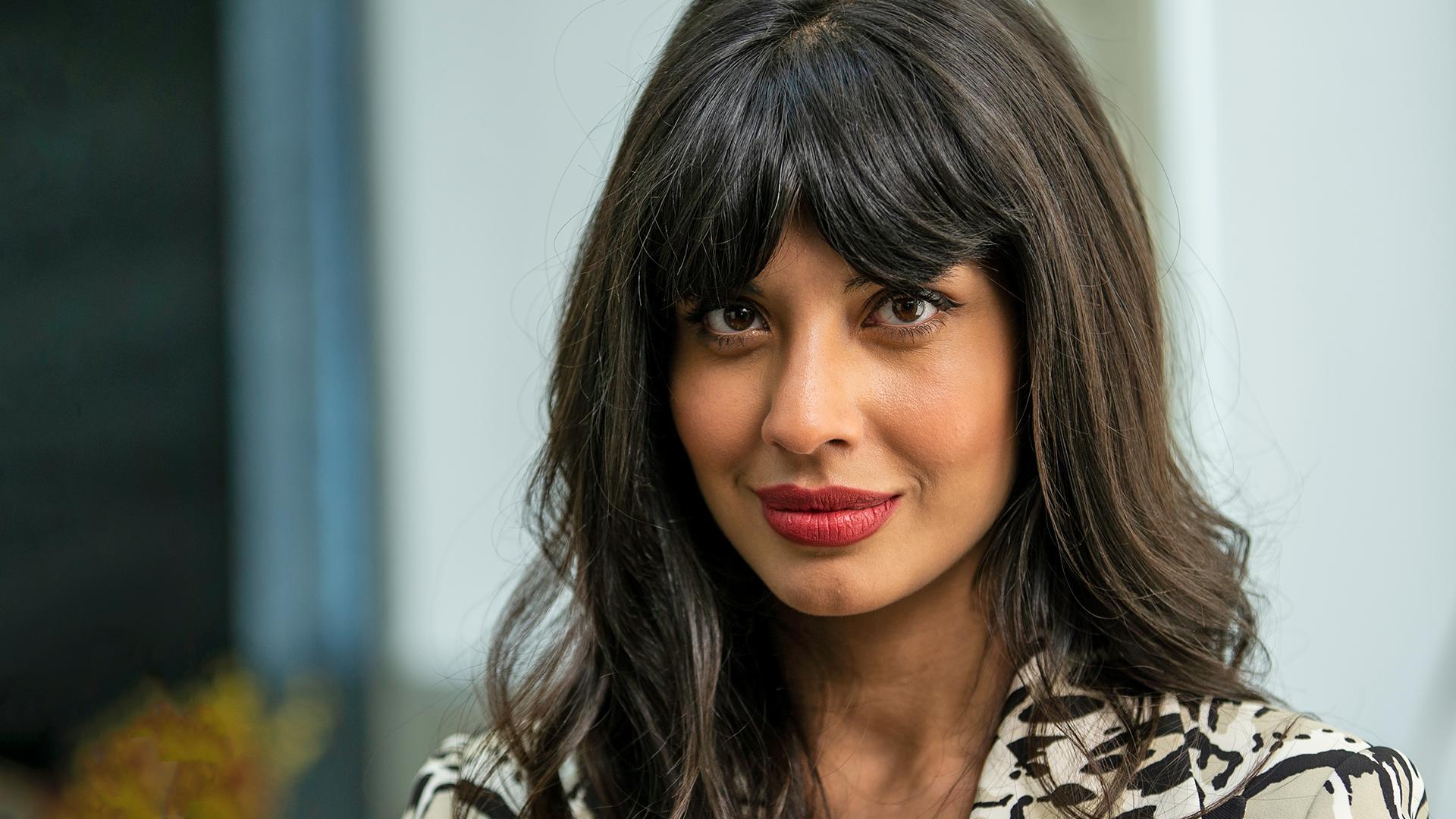 Jameela Jamil Begs Khloe Kardashian Not To 'Hurt Other Girls' With Flat Tummy Post