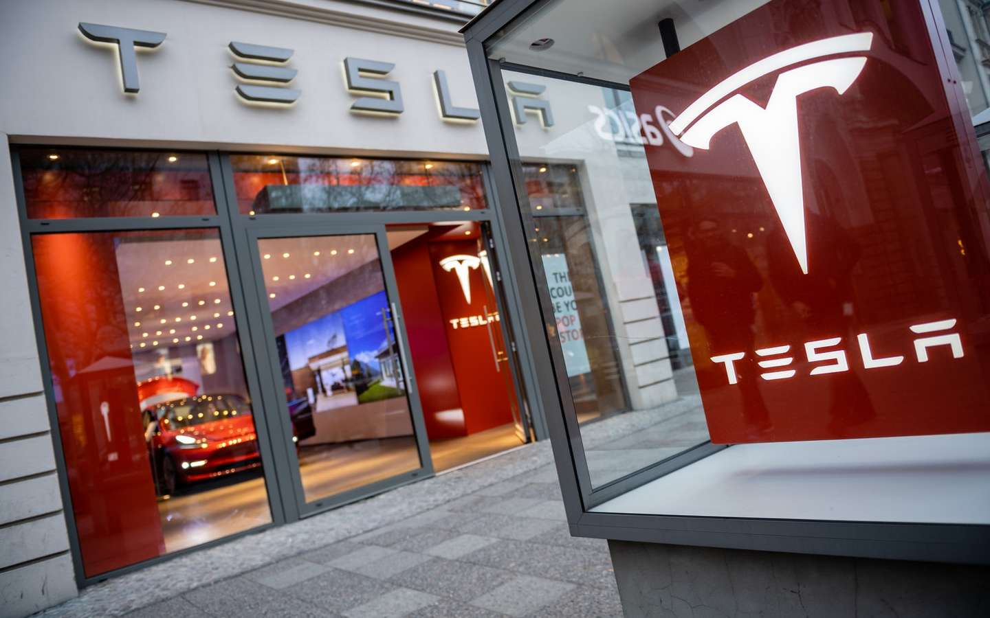 Army of investors waging war on tesla has no leader but it has a
