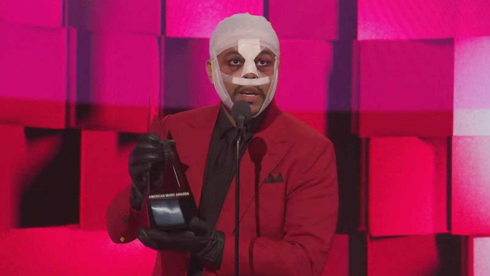 The Weeknd appears with bizarrely bandaged face at 2020 American Music Awards
