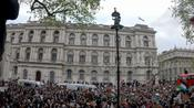 Man miraculously mounts lamppost during pro-Palestine protest in London