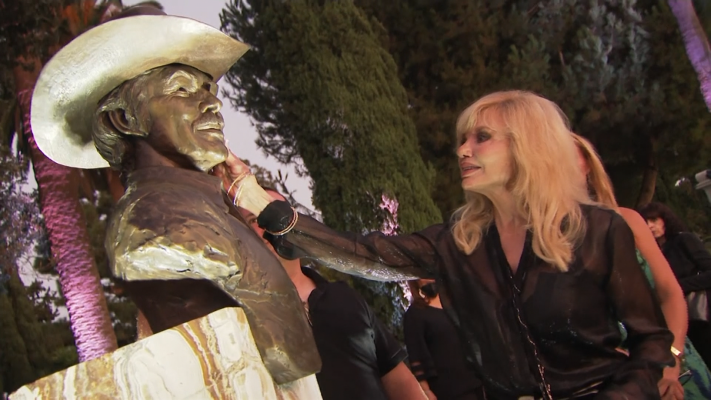 Loni Anderson Unveils Burt Reynolds Bronze Bust At Gravesite